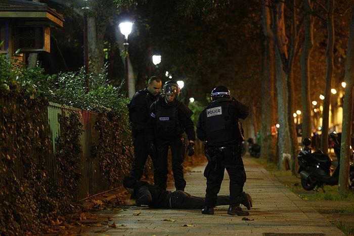 """Парижские полицейские проверяют мужчину возле клуба """"Батаклан"""", где в пятницу вечером произошел захват заложников."""