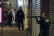 """Французский полицейский перед рестораном """"Маленькая Камбоджа"""", где в пятницу вечером произошла стрельба."""