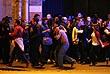 """Люди выходят из здания концертного зала """"Батаклан"""". Как сообщали очевидцы, некоторым заложникам удалось убежать, пока террористы перезаряжали оружие."""