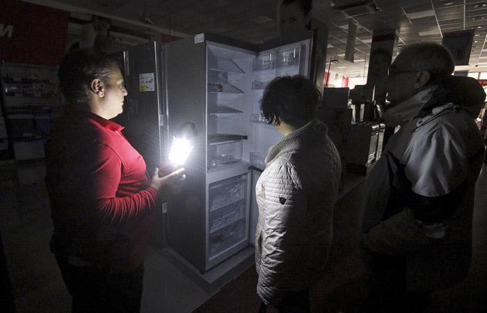 Глава Крыма Сергей Аксенов объявил понедельник нерабочим днем в регионе, однако некоторые торговые центры продолжают свою работу