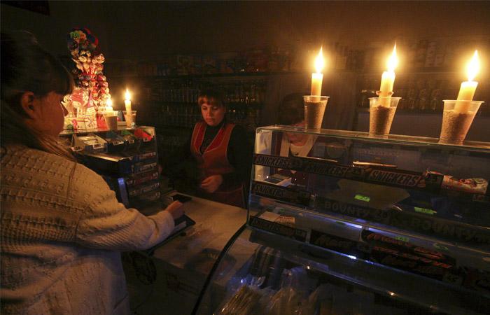 Жители Крыма после прекращения подачи электроэнергии запасаются свечами, фонарями и батарейками