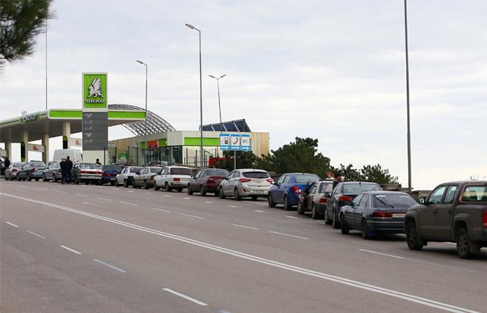 На многих автозаправках образовались очереди, а некоторые из них прекратили работу в связи с тем, что запасы топлива исчерпаны
