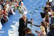 """Режиссер приветствует поклонников на торжественной церемонии открытия X Международного кинофестиваля """"Кинотавр"""" в Сочи. Июнь 2003 года."""