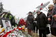 Жители несут цветы к памятнику авиаторам в центре Липецка в память о погибшем летчике