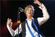 Британский певец Дэвид Боуи выступает в Кельне на западе Германии. Июль 2002 года.