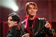 """Вокалист рок-группы """"Placebo"""" Брайан Молко и музыкант Дэвид Боуи на церемонии награждения """"Brit Awards"""" в Лондоне. Февраль 1999 года."""