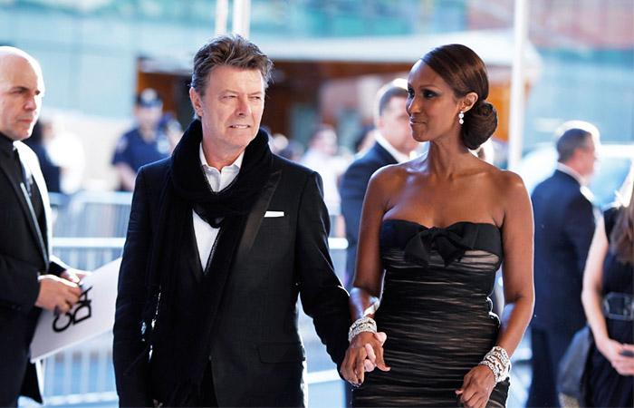 Музыкант Дэвид Боуи с супругой Иман на вручении премии Совета модных дизайнеров Америки в Нью-Йорке. Июнь 2010 года.