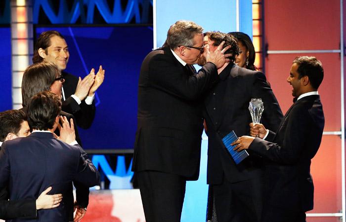 """Режиссер Адам МакКей (слева) поздравляет Кристиана Бэйла с победой в номинации """"Лучший комедийный актер"""""""