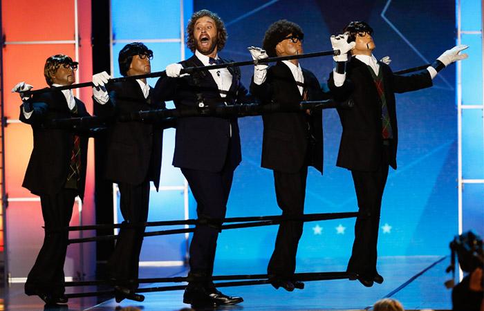Ведущий церемонии ТиДжей Миллер во время церемонии вручения премии Critics' Choice Movie Awards