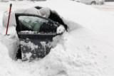 Житель Нью-Йорка откапывает свою машину