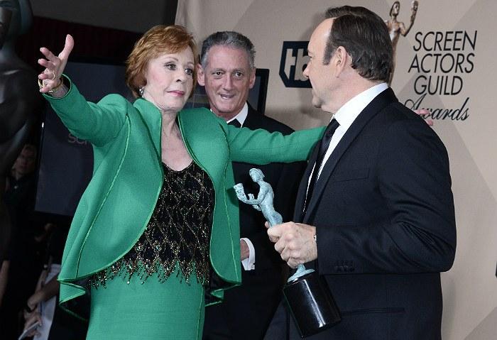 Обладательница награды за выдающиеся заслуги в кинематографе актриса Кэрол Бёрнетт поздравляет Кевина Спейси, который признан лучшим актером драматического сериала.