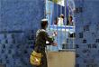 Также сформированы специальные бригады, которые обходят дом за домом, раздавая жителям листовки, информирующие о том, как избежать заражения и как ликвидировать размножение комаров. Бразильское правительство дало разрешение специальным работникам здравоохранения проникать в заброшенные или пустующие здания, если они подозревают, что там могут находиться гнезда комаров.
