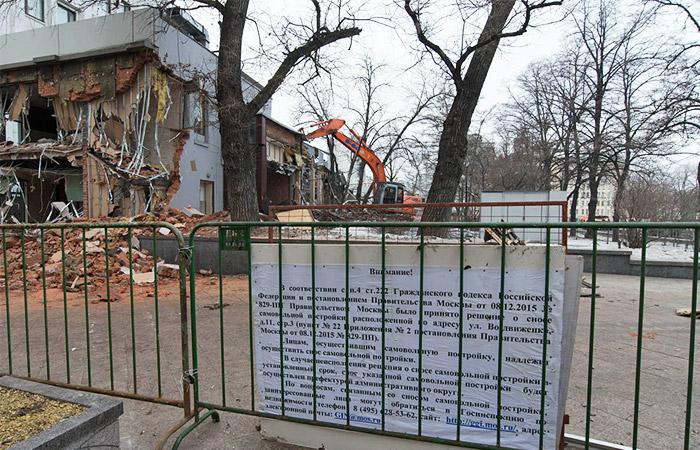 Правительство Москвы 8 декабря приняло постановление о сносе 104 опасных самовольных строений, расположенных в разных районах города. Их хозяевам направили уведомления о необходимости снести незаконные сооружения, префектуры установили рядом с ними специальные информационные щиты. По 97 объектам из 104 время, отведенное на самостоятельный демонтаж, истекло 8 февраля.