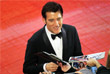 Британский актер Клайв Оуэн раздает автографы на красной ковровой дорожке фестиваля