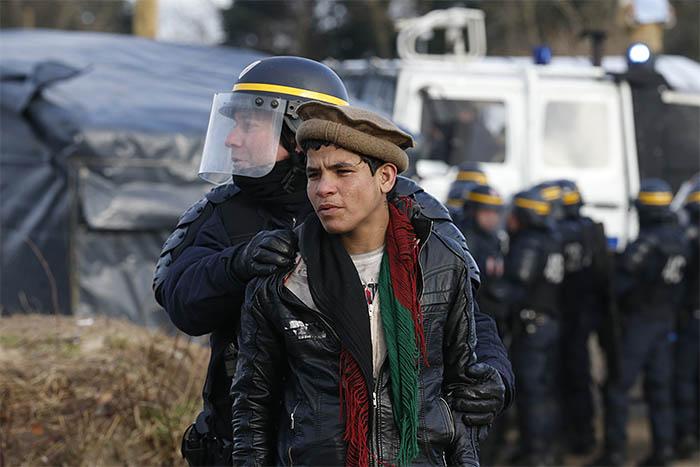 Сотрудники французской полиции специального назначения были вынуждены применить слезоточивый газ после того, как некоторые из обитателей лагеря принялись забрасывать стражей правопорядка камнями