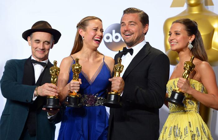 """Лауреаты премии """"Оскар""""  Марк Райлэнс, Бри Ларсон, Леонардо Ди Каприо и Алисия Викандер (слева направо) после 88-й церемонии вручения премий Американской киноакадемии"""