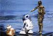 """Знаменитые герои из """"Звездных войн"""" - роботы BB-8, R2D2 и C3P-O на сцене театра """"Долби"""""""