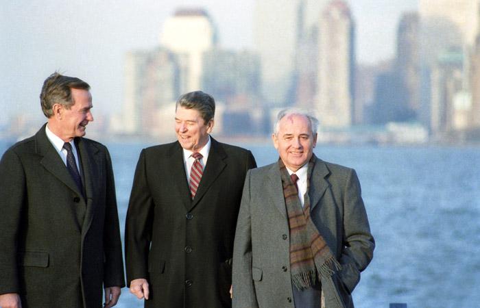 Вице-президент США Джордж Буш, Президент США Рональд Рейган и Генеральный секретарь ЦК КПСС Михаил Горбачев (слева направо) на острове Говернорс-Айленд в декабре 1988 года