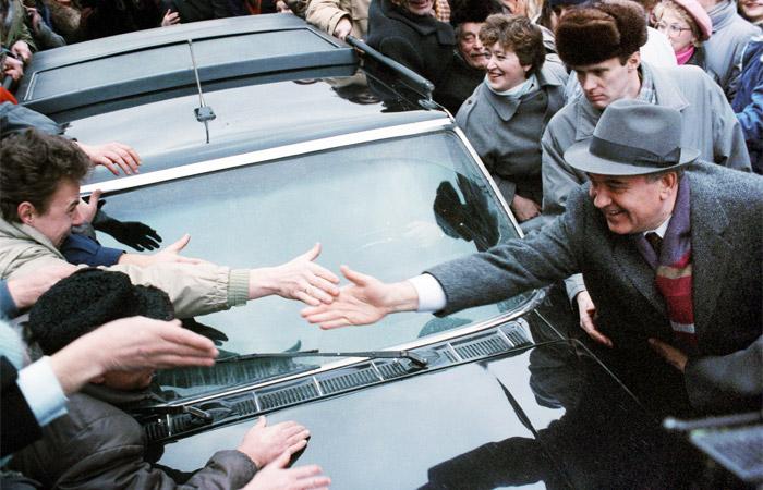 Генеральный секретарь ЦК КПСС Михаил Горбачев во время встречи с жителями Вильнюса в январе 1990 года