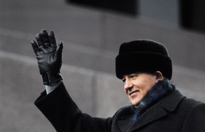 Генеральный секретарь ЦК КПСС Михаил Горбачев приветствует жителей Москвы на Красной площади в ноябре 1987 года