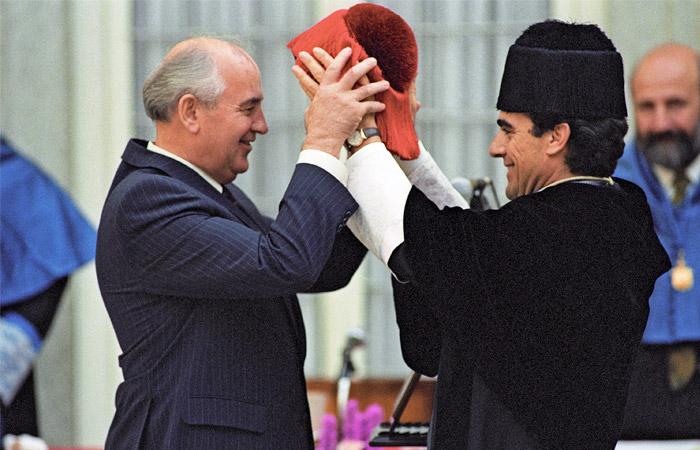 Торжественная церемония присвоения звания почетного доктора Мадридского университета и университета Комплутенсе президенту СССР Михаилу Горбачеву во дворце Пардо в Испании в октябре 1990 года