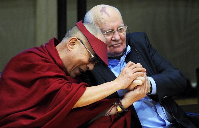 Тибетский духовный лидер  Далай-лама и бывший президент СССР участвуют в дискуссии на 12-м Всемирном саммите лауреатов Нобелевской премии мира в концертном зале Чикагского симфонического оркестра в апреле 2012 года