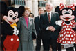 Михаил Горбачев с супругой Раисой Горбачевой посещают Диснейленд в Токио в апреле 1992 года