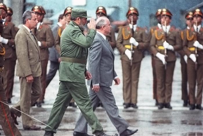 Михаил Горбачев и Фидель Кастро в аэропорту Гаваны в апреле 1989 года