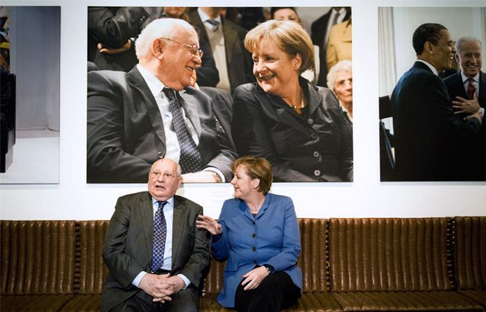 """Бывший советский лидер и канцлер Германии Ангела Меркель на открытии фотовыставки """"Михаил Горбачев. Из семейного альбома"""" в музее Кеннеди (Берлин) в феврале 2011 года"""