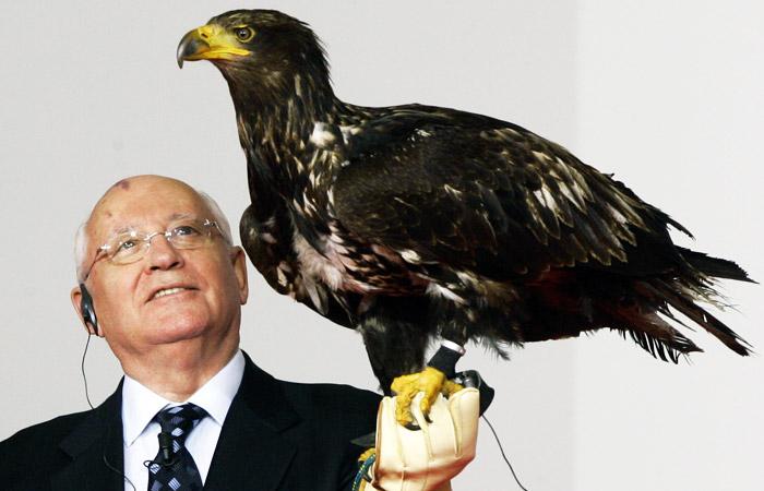 Михаил Горбачев держит орла на торжественной церемонии награждения Point Alpha Award в Гайзе в июне 2005 года