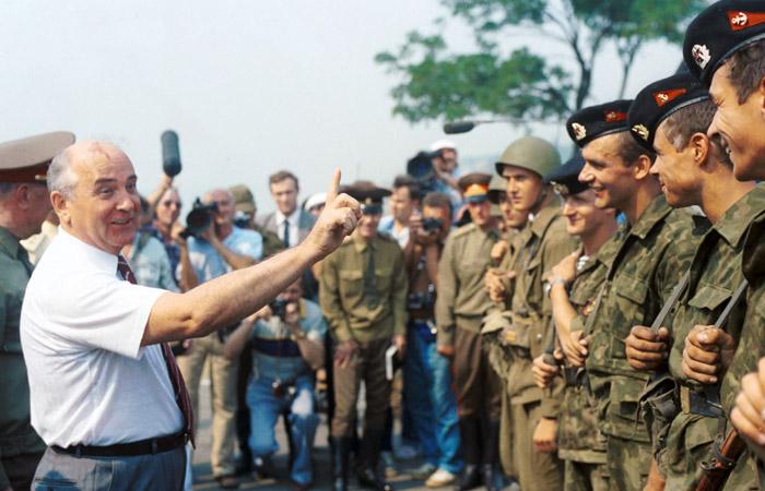 Президент СССР Михаил Горбачев беседует с участниками маневров Одесского военного округа в августе 1990 года