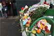 Цветы и игрушки у дома на улице Народного Ополчения, где проживала семья убитой 4-летней девочки