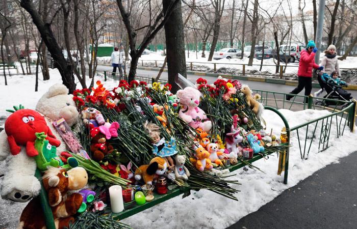 Импровизированный мемориал возле дома на улице Народного Ополчения