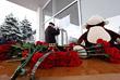 Цветы, свечи и игрушки у здания аэропорта