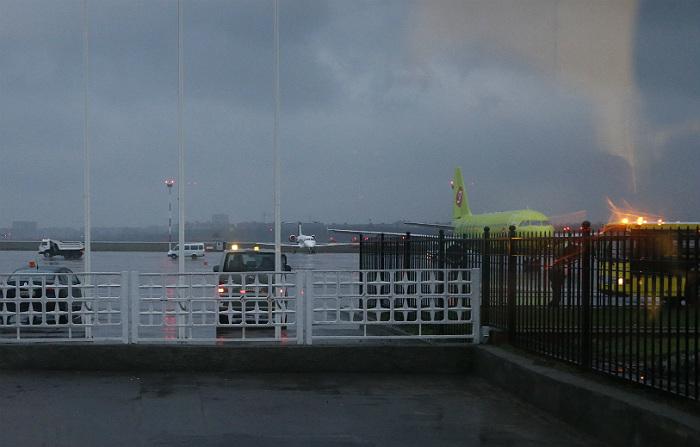 """Вид из окна аэропорта, где при посадке разбился пассажирский """"Боинг"""""""