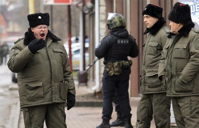 Казаки и бойцы ОМОНа у здания суда в Донецке