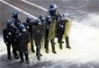 Во время столкновения противников законопроекта с полицией в Париже