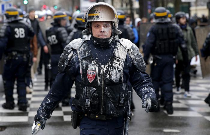 Сотрудник полиции во время митинга в Париже