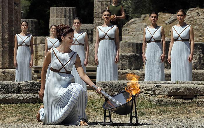 Огонь XXXI летних Олимпийских игр зажжен в ходе торжественной церемонии, проходящей в Древней Олимпии в Греции в четверг. Огонь преодолеет более 30 тысяч километров по суше и воздуху, а в мероприятии примут участие около 10 тысяч человек.