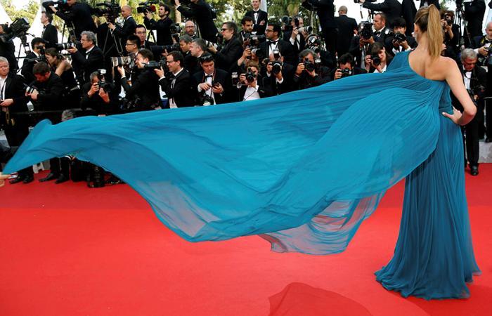 Бразильская модель Ана Беатриз Баррош на красной дорожке Каннского кинофестиваля