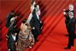 """Актер Роберт Де Ниро с женой Грейс Хайтауэр  (в центре) перед премьерой фильма """"Каменные кулаки"""""""