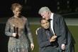Супруга Мохаммеда Али Лонни, Мохаммед Али и бывший президент США Билл Клинтон на церемонии чествования легендарного боксера в Луисвилле в 2005 году.