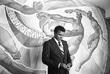 Мохаммед Али рассматривает почетную медаль московского института физкультуры, которую он получил в ходе визита в СССР в 1978 году.