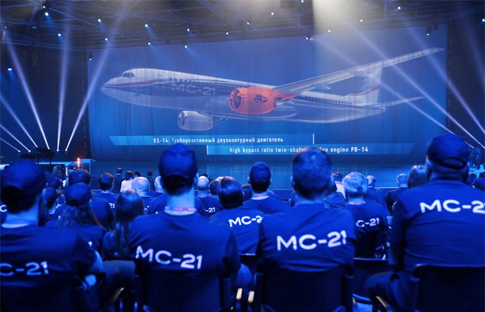"""Корпорация """"Иркут""""  планирует ежегодно производить по 20 самолетов МС-21, с 2023 года - нарастить темп до 70 машин в год. Первый полет самолета МС-21-300 запланирован на декабрь 2016 года - февраль 2017 года."""