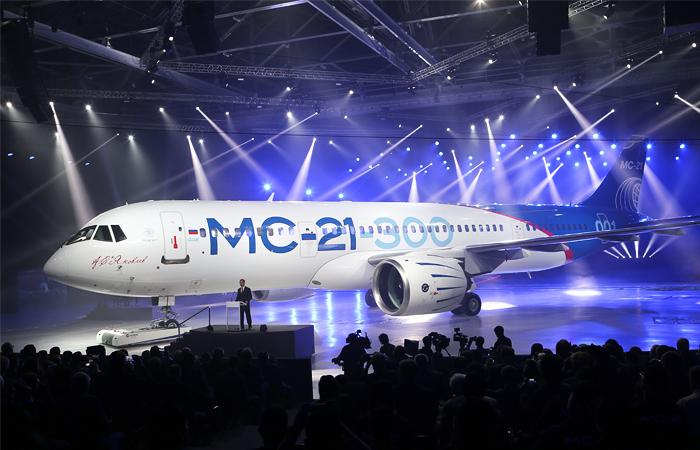На церемонии выкатки магистрального самолета МС-21 присутствовал премьер РФ Дмитрий Медведев, который отметил, что создание нового пассажирского лайнера является победой российского авиапрома