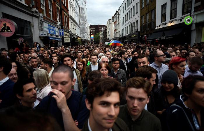 Жители Лондона во время минуты молчания в память о жертвах трагедии в США