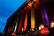 Концертный и выставочный центр в Ливерпуле Сент Джордж Холл, подсвеченный в цвета ЛГБТ-флага в память о погибших при нападении на ночной клуб в Орландо