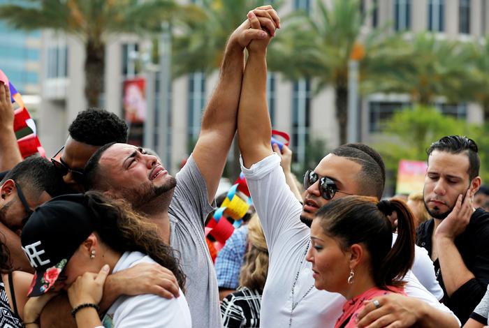 Друзья и родственники погибших скорбят по жертвам стрельбы в Орландо