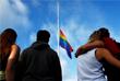 Приспущенный флаг ЛГБТ-сообществ на акции памяти в американском городе Сан-Диего