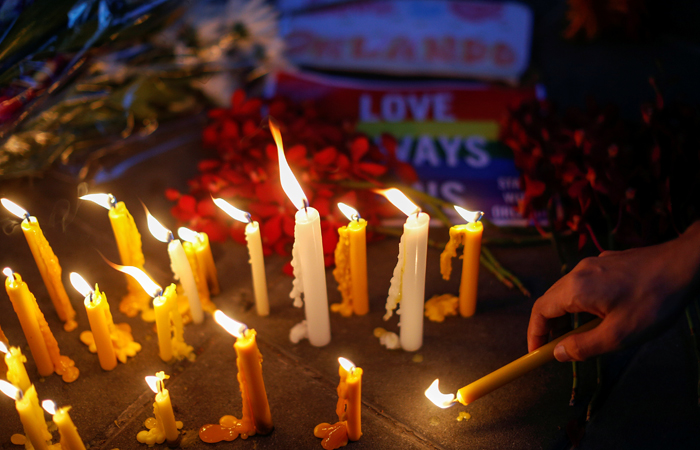 Цветы и свечи в память о жертвах нападения на ночной клуб в Орландо у посольства США в Бангкоке